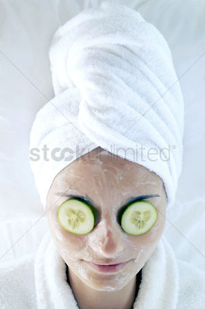 Attraction : Woman doing facial treatment