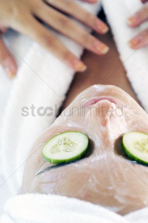 Refreshment : Woman doing facial treatment