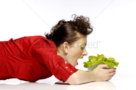 Appetite : Woman eating a bowl of salad
