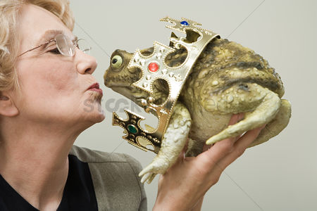 Kissing : Woman kissing frog