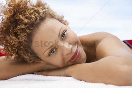 Curly hair : Woman lying on massage table head and shoulders