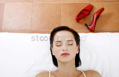 Relaxing : Woman lying on the bed with her eyes closed
