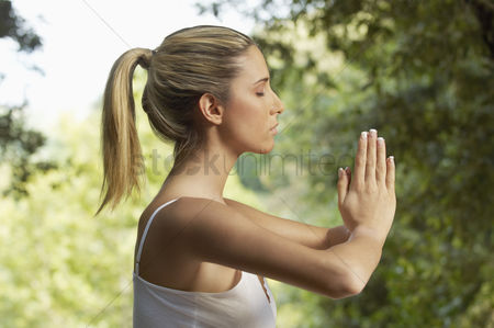 Young woman : Woman meditating profile