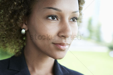 Curly hair : Woman outdoors looking away close-up