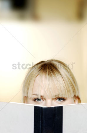 Learning : Woman reading book