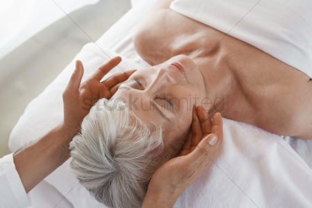 Body : Woman receiving a massage head and shoulders