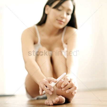 Careful : Woman shaping her toe nails