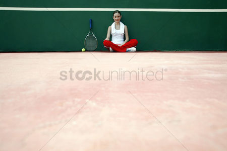 Hobby : Woman sitting in the tennis court