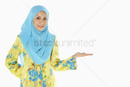 Traditional clothing : Woman smiling and gesturing
