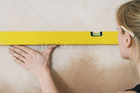 Spirit : Woman using spirit level close-up