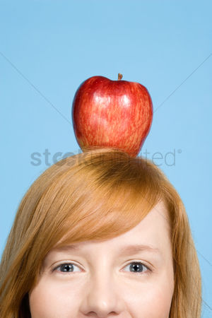 Alert : Woman with an apple on top of her head
