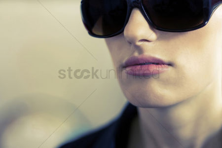 Alert : Woman with sunglasses
