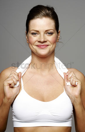 Fitness : Woman with towel around her neck