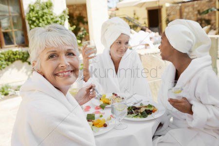 Club : Women having lunch at spa