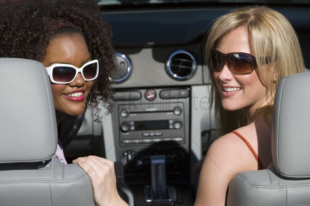 Friends : Women in a car