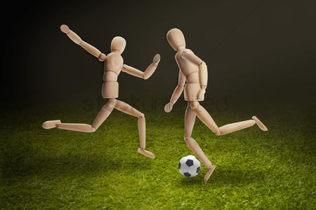Pitch : Wooden dummies models playing soccer