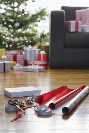 Accessories : Wrapping paper and accessories on floor