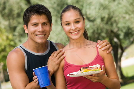 Hot dog : Young couple at picnic front view