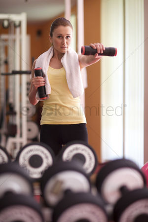 Workout : Young woman at gym